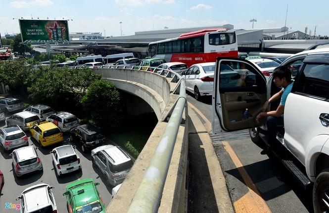 Sân bay Tân Sơn Nhất lại kẹt xe nghiêm trọng - ảnh 3