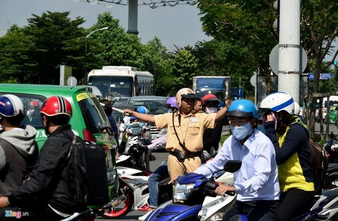 Sân bay Tân Sơn Nhất lại kẹt xe nghiêm trọng - ảnh 4