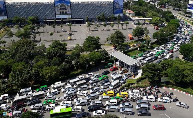 Sân bay Tân Sơn Nhất lại kẹt xe nghiêm trọng - ảnh 6