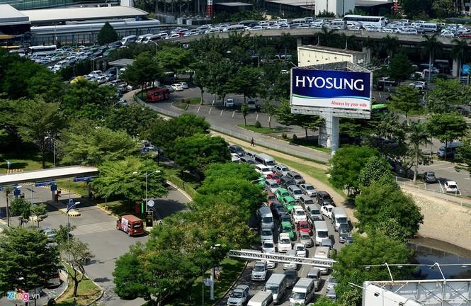 Sân bay Tân Sơn Nhất lại kẹt xe nghiêm trọng - ảnh 7