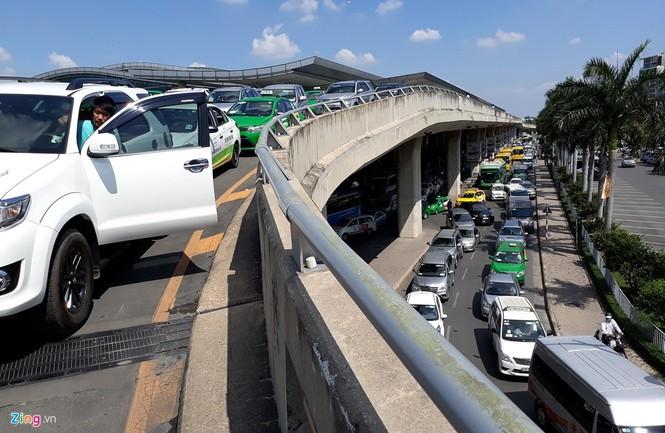 Sân bay Tân Sơn Nhất lại kẹt xe nghiêm trọng - ảnh 9