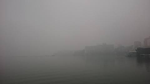 Sương mù dày đặc xuất hiện ở Hà Nội sớm hơn thường lệ - ảnh 1