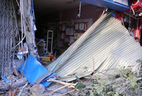 Xe container đâm sập 2 căn nhà ở Sài Gòn - ảnh 1