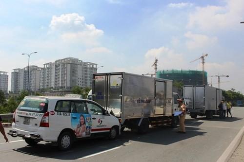 BẢN TIN ATGT: Xe 16 chỗ tông taxi, nhiều người nhập viện - ảnh 1
