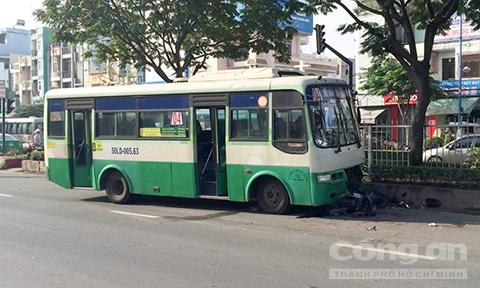 BẢN TIN ATGT: Xe 16 chỗ tông taxi, nhiều người nhập viện - ảnh 7