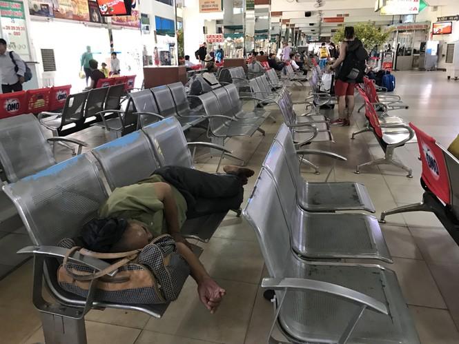 Bến xe, ga Sài Gòn vắng khách, sân bay chật kín người - ảnh 13