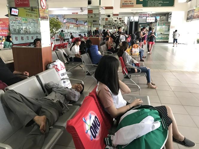 Bến xe, ga Sài Gòn vắng khách, sân bay chật kín người - ảnh 15