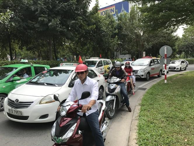 Bến xe, ga Sài Gòn vắng khách, sân bay chật kín người - ảnh 16