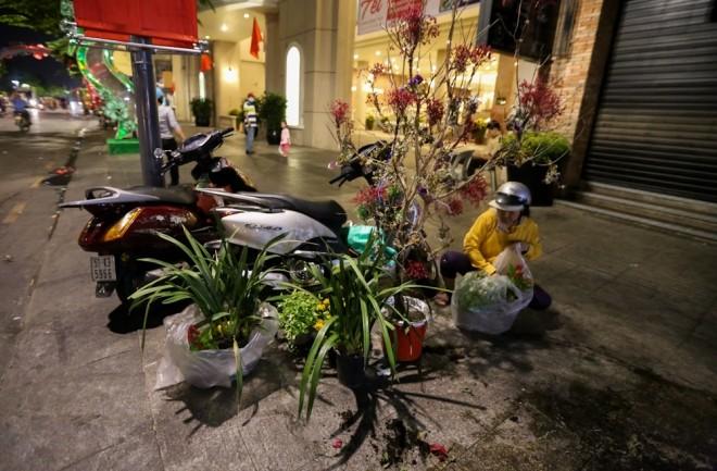 300 công nhân dọn dẹp đường hoa Nguyễn Huệ trong đêm - ảnh 10