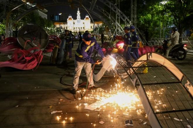 300 công nhân dọn dẹp đường hoa Nguyễn Huệ trong đêm - ảnh 12