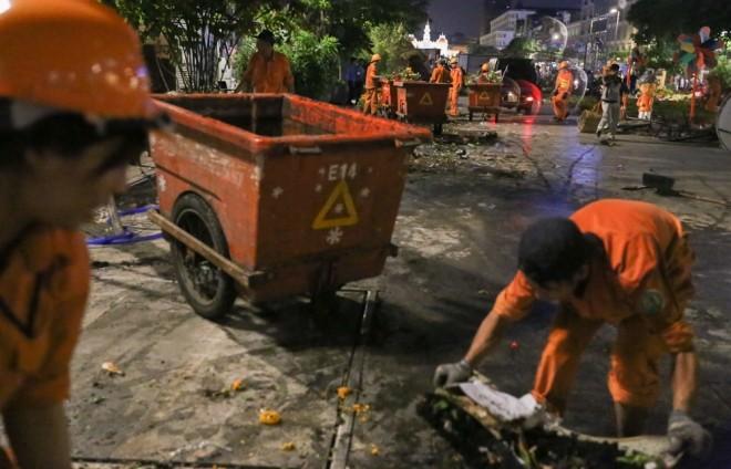 300 công nhân dọn dẹp đường hoa Nguyễn Huệ trong đêm - ảnh 13