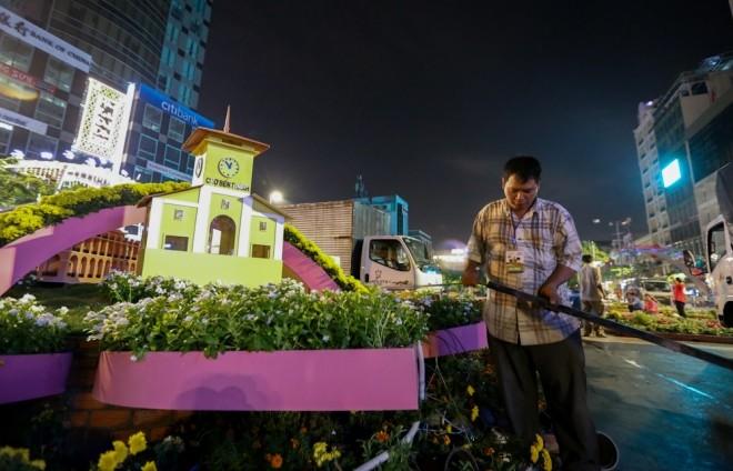 300 công nhân dọn dẹp đường hoa Nguyễn Huệ trong đêm - ảnh 1