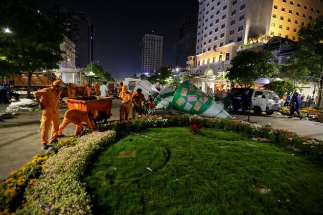 300 công nhân dọn dẹp đường hoa Nguyễn Huệ trong đêm - ảnh 2