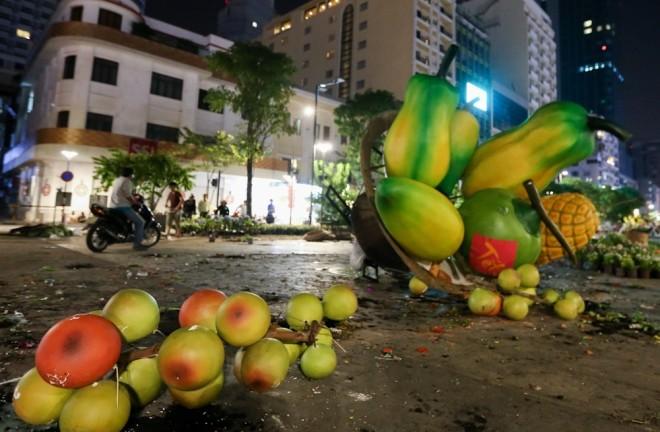 300 công nhân dọn dẹp đường hoa Nguyễn Huệ trong đêm - ảnh 3