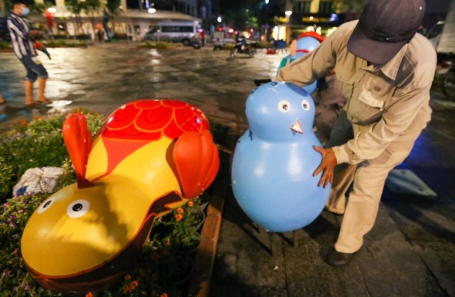 300 công nhân dọn dẹp đường hoa Nguyễn Huệ trong đêm - ảnh 5