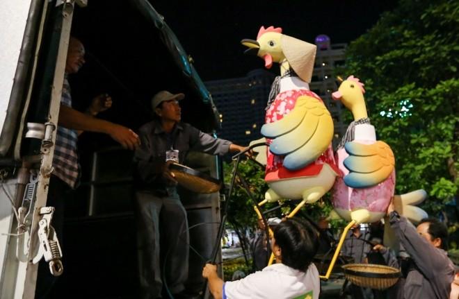300 công nhân dọn dẹp đường hoa Nguyễn Huệ trong đêm - ảnh 7