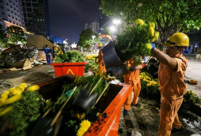 300 công nhân dọn dẹp đường hoa Nguyễn Huệ trong đêm - ảnh 8