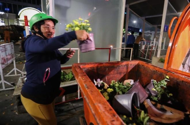 300 công nhân dọn dẹp đường hoa Nguyễn Huệ trong đêm - ảnh 9