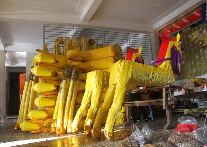 Đốt hàng chục ngựa giấy mỗi ngày để cầu may - ảnh 3