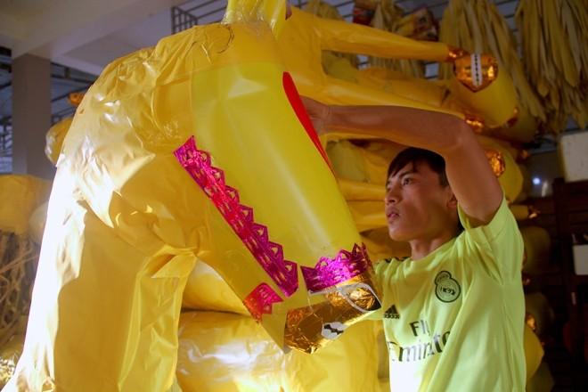 Đốt hàng chục ngựa giấy mỗi ngày để cầu may - ảnh 4