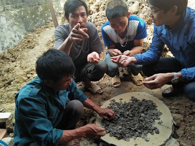 Đào móng nhà phát hiện hũ sành cổ chứa đầy tiền xu - ảnh 1