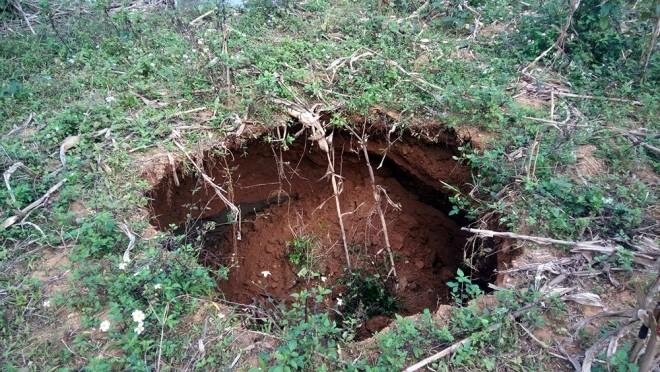 Suối cạn khô sau khi xuất hiện hàng loạt hố 'tử thần' ở Bắc Kạn - ảnh 2