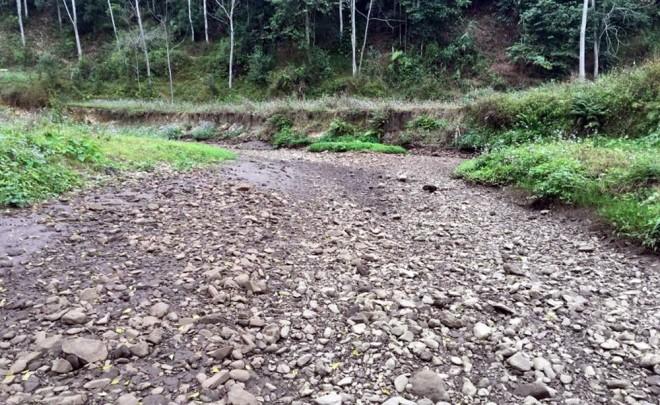 Suối cạn khô sau khi xuất hiện hàng loạt hố 'tử thần' ở Bắc Kạn - ảnh 6
