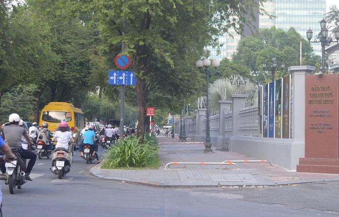 Cận cảnh barie ngăn xe máy 'tranh đường' người đi bộ ở Sài Gòn - ảnh 1