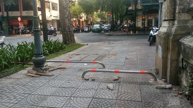 Cận cảnh barie ngăn xe máy 'tranh đường' người đi bộ ở Sài Gòn - ảnh 2