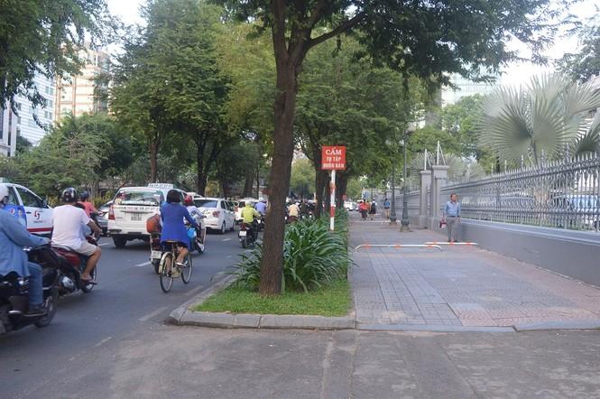 Cận cảnh barie ngăn xe máy 'tranh đường' người đi bộ ở Sài Gòn - ảnh 3