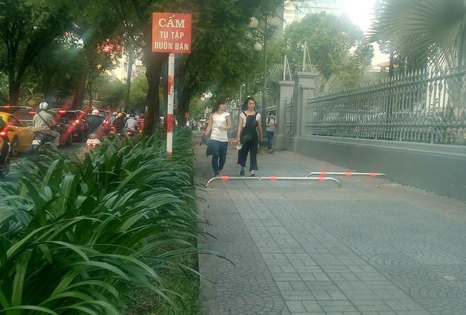 Cận cảnh barie ngăn xe máy 'tranh đường' người đi bộ ở Sài Gòn - ảnh 4