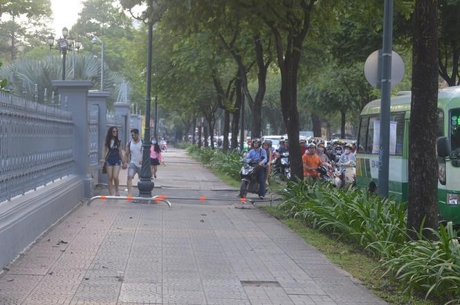 Cận cảnh barie ngăn xe máy 'tranh đường' người đi bộ ở Sài Gòn - ảnh 5