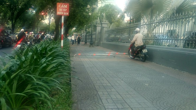 Cận cảnh barie ngăn xe máy 'tranh đường' người đi bộ ở Sài Gòn - ảnh 6