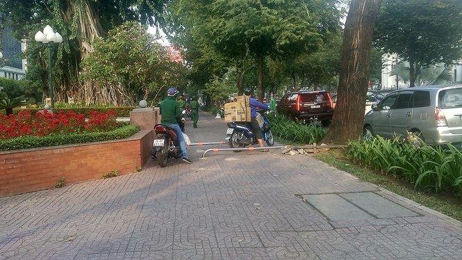 Cận cảnh barie ngăn xe máy 'tranh đường' người đi bộ ở Sài Gòn - ảnh 8