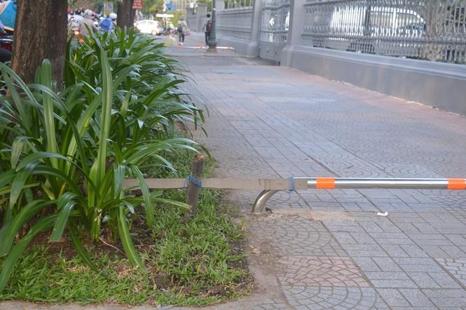 Cận cảnh barie ngăn xe máy 'tranh đường' người đi bộ ở Sài Gòn - ảnh 9