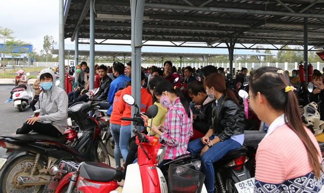 1.000 công nhân Quảng Nam ngừng việc vì bị hạ trợ cấp - ảnh 1