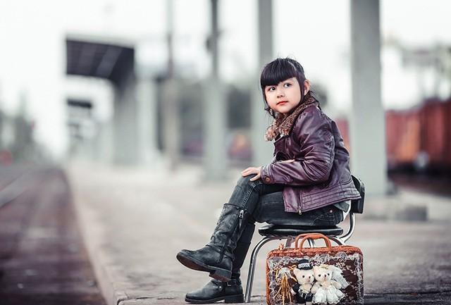 Bé gái mang hai dòng máu Việt - Đức 'diễn' đẹp như người mẫu - ảnh 1