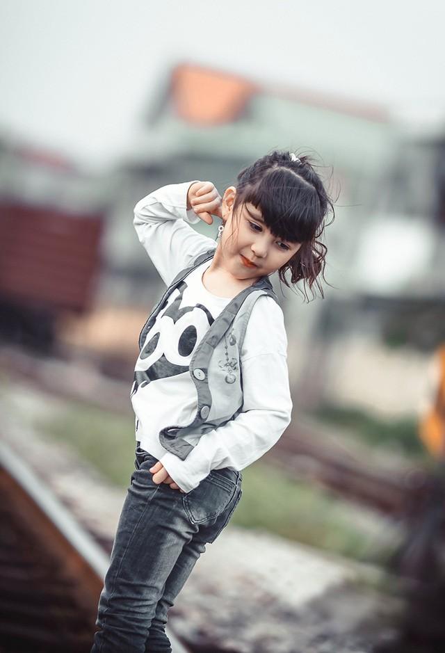 Bé gái mang hai dòng máu Việt - Đức 'diễn' đẹp như người mẫu - ảnh 4