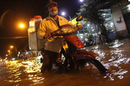 Người Sài Gòn cúng giải hạn trong... nước ngập - ảnh 10