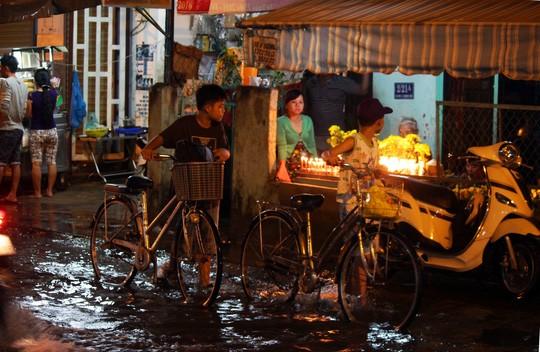Người Sài Gòn cúng giải hạn trong... nước ngập - ảnh 11