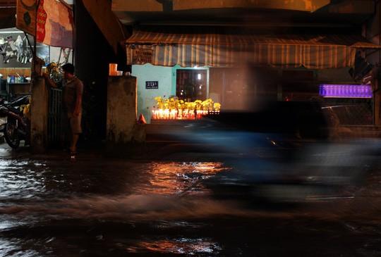 Người Sài Gòn cúng giải hạn trong... nước ngập - ảnh 12