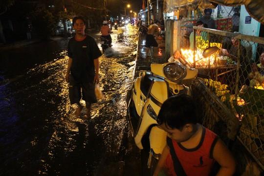 Người Sài Gòn cúng giải hạn trong... nước ngập - ảnh 13