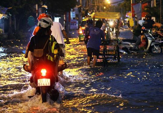 Người Sài Gòn cúng giải hạn trong... nước ngập - ảnh 1