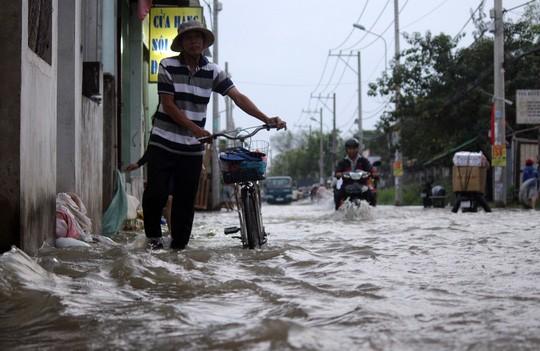 Người Sài Gòn cúng giải hạn trong... nước ngập - ảnh 2