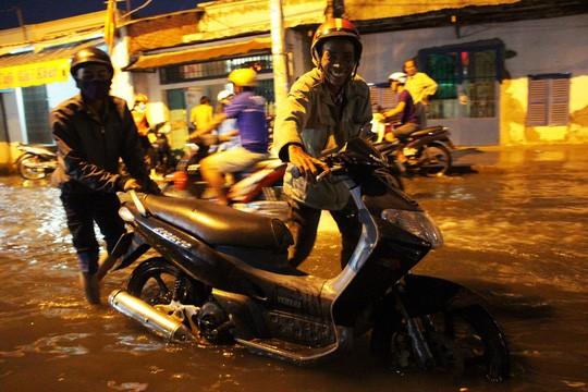 Người Sài Gòn cúng giải hạn trong... nước ngập - ảnh 3