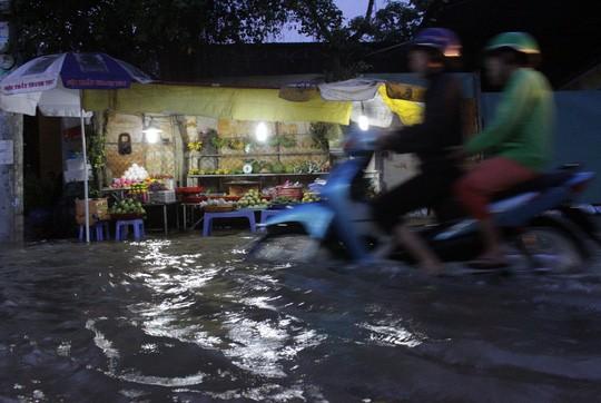 Người Sài Gòn cúng giải hạn trong... nước ngập - ảnh 4