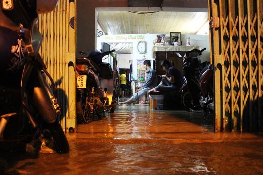 Người Sài Gòn cúng giải hạn trong... nước ngập - ảnh 5