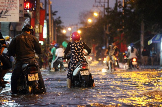 Người Sài Gòn cúng giải hạn trong... nước ngập - ảnh 6