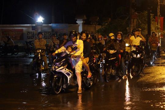 Người Sài Gòn cúng giải hạn trong... nước ngập - ảnh 7