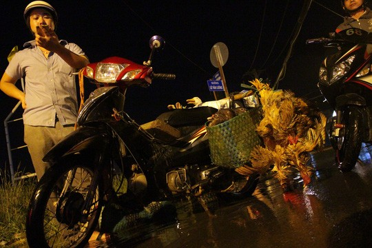 Người Sài Gòn cúng giải hạn trong... nước ngập - ảnh 8